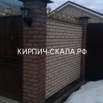 забор из коричневого кирпича
