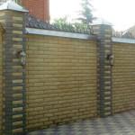 колотый желтый кирпич забор