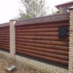 кирпичный забор с деревом