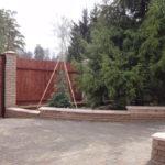 кирпичный забор плюс дерево