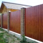 деревянный забор и столбы из кирпича фото