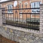 забор из натурального камня и кирпича
