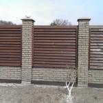 забор из дерева и кирпича