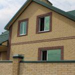 дом и забор из гиперпрессованного кирпича