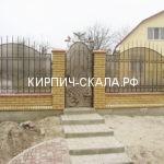 кирпичный забор из колотого кирпича
