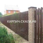 забор из евро-штакетника и кирпича скала