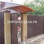 забор из коричневого профнастила и кирпича солома
