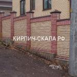 забор из красного кирпича скала
