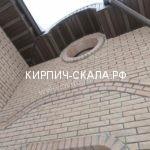 кирпич слоновая кость фото одноэтажного дома из рваного кирпича, используется кирпич гладкий и мраморный (рваный)