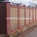красный кирпич скала на забор