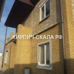фасад дома выложен из облицовочного кирпича солома