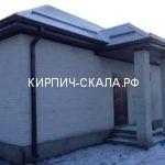 фото одноэтажного дома из белого кирпича с поверхностью скала