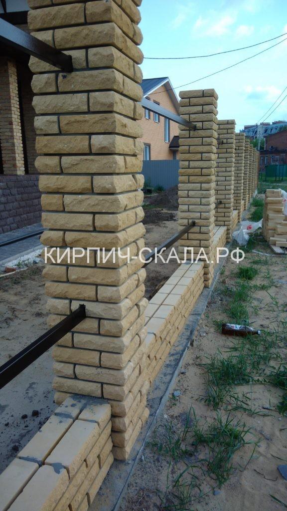забор, стобы забор, кирпич, колотый кирпич, желтый кирпич